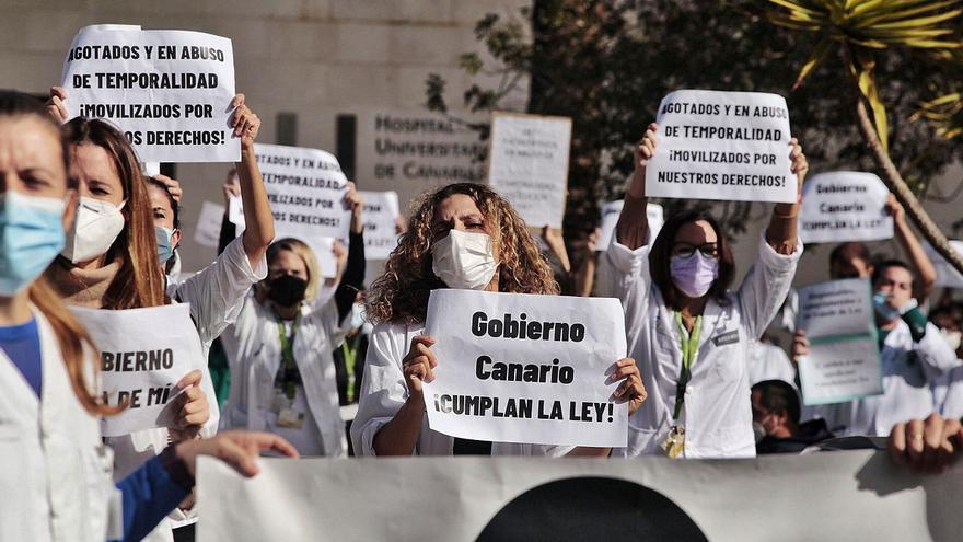 Los médicos acuerdan cambiar la huelga indefinida por un día al mes
