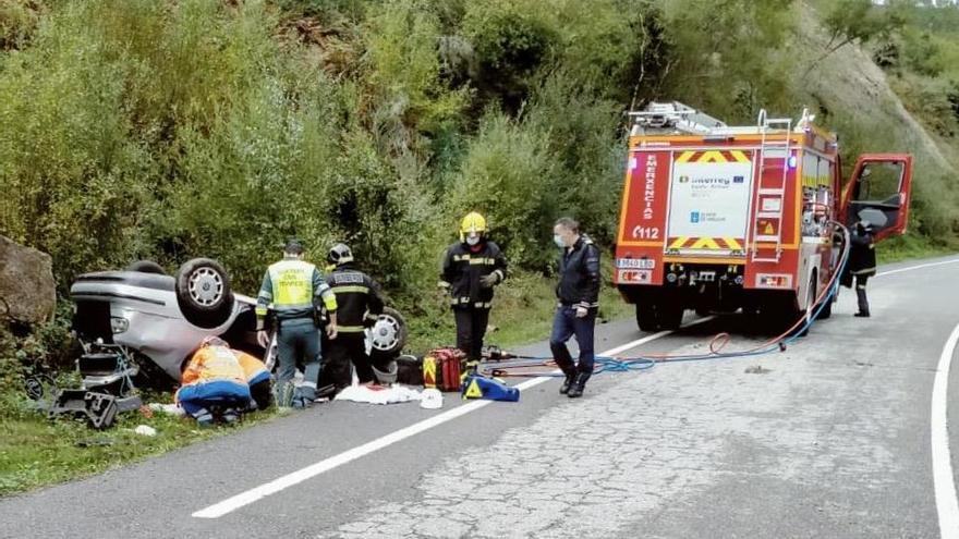 Lo reaniman y trasladan en helicóptero tras volcar con su coche en Ourense