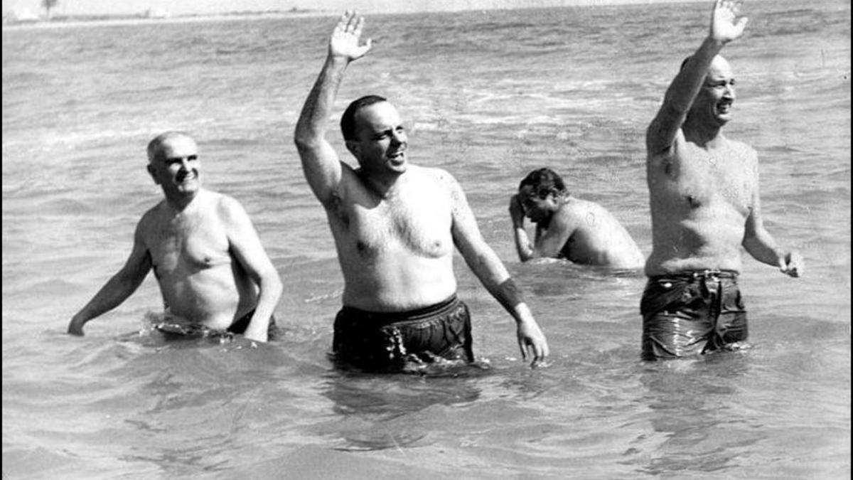 El icónico baño de Manuel Fraga con el embajador norteamericano en las playas de Almería.