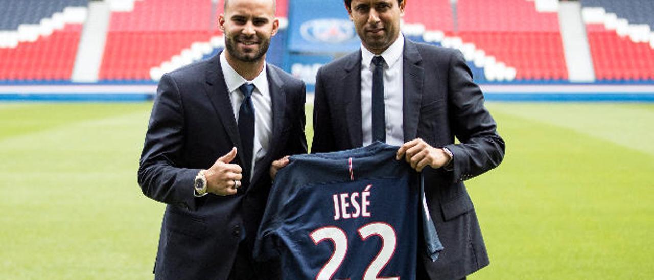 Jesé Rodríguez, delantero grancanario, durante su presentación con el PSG junto con Nasser Al-Khelaifi, propietario y presidente de la entidad.
