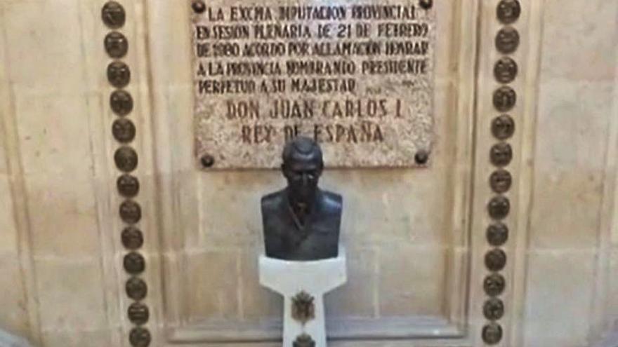 La Diputación retira la estatua de Juan Carlos I de la escalinata de su sede
