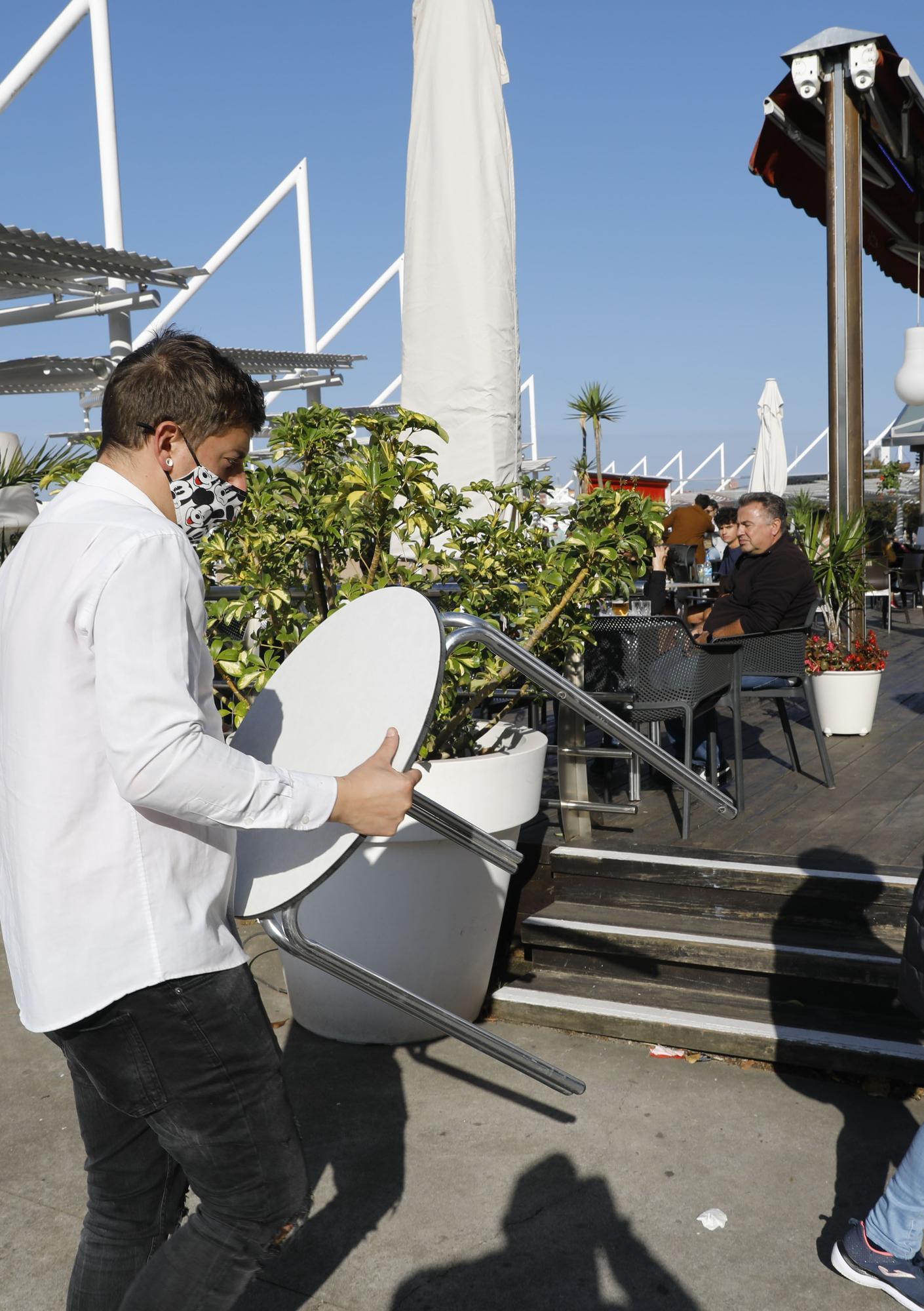 """Las terrazas se repliegan en Gijón entre peticiones de """"flexibilidad"""""""
