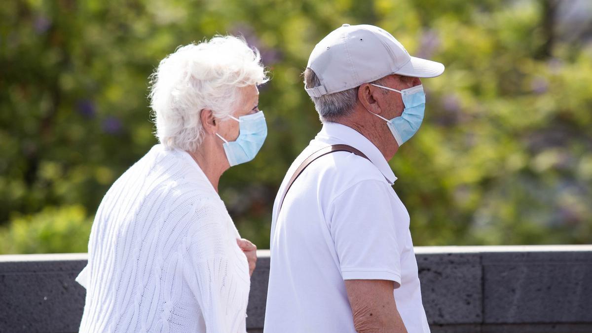 Dos personas pasean con mascarilla en Santa Cruz.