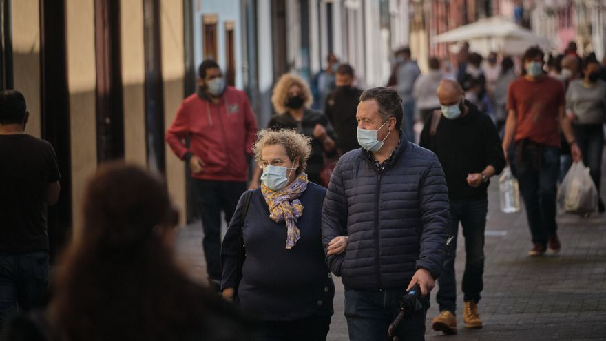 Los casos de Covid siguen disparados en Gran Canaria y bajan en Tenerife