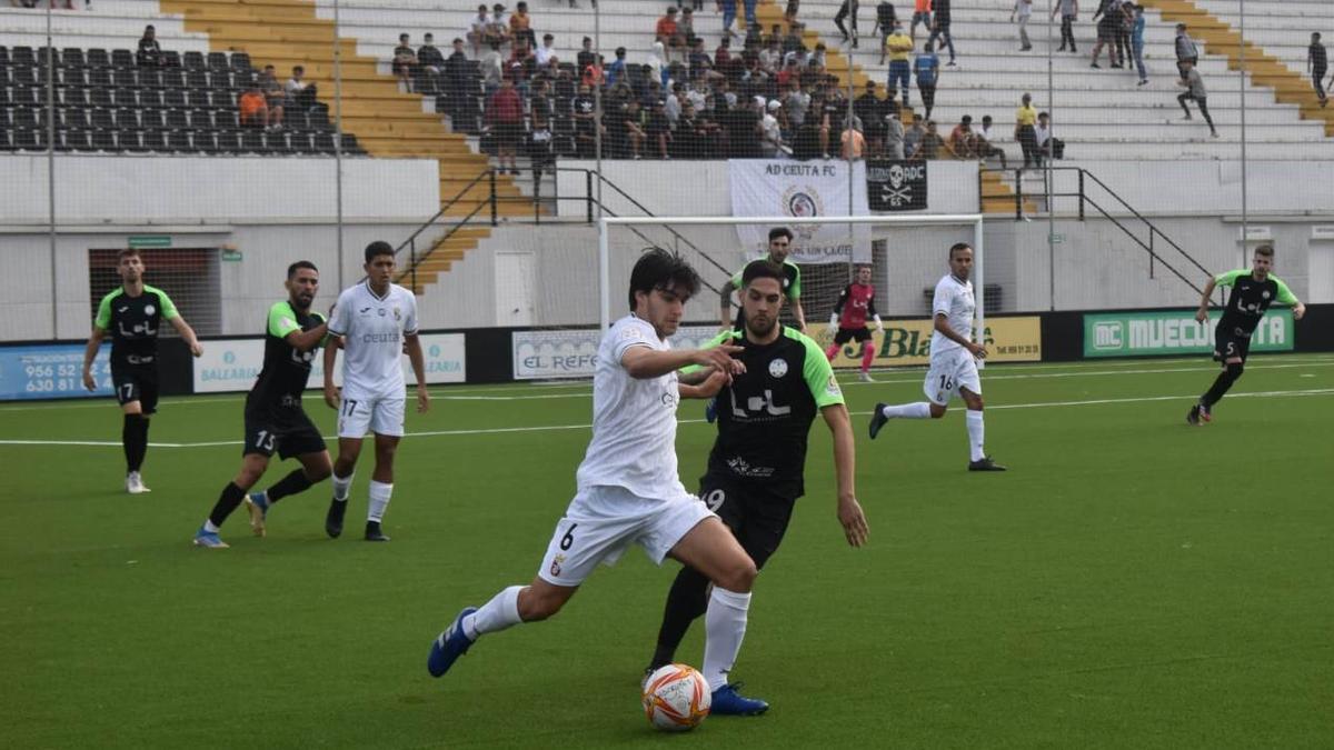 Carlos García presiona a Moyano.