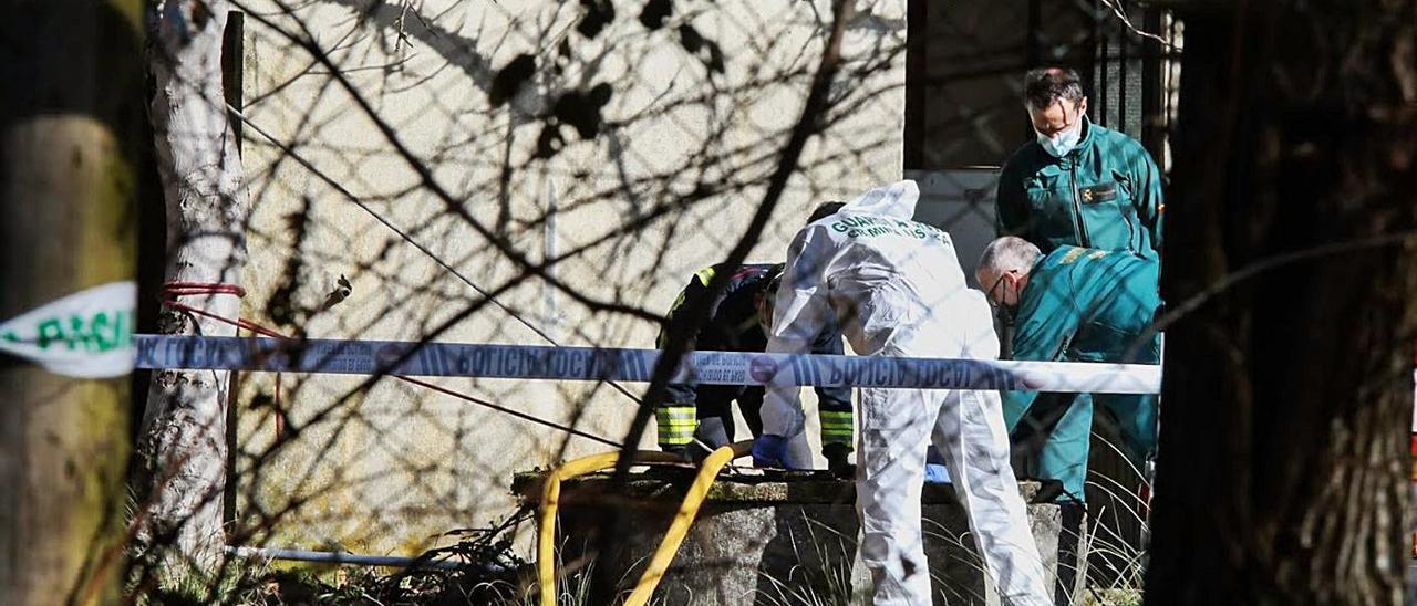 Guardia Civil y Bomberos trabajan en el pozo donde apareció un cadáver el domingo.   | // ANXO GUTIÉRREZ