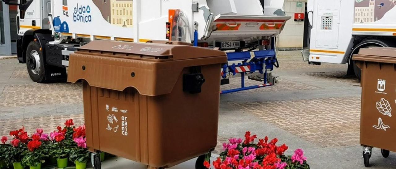 El contenedor marrón durante su presentación en la plaza del Ayuntamiento de Elda.