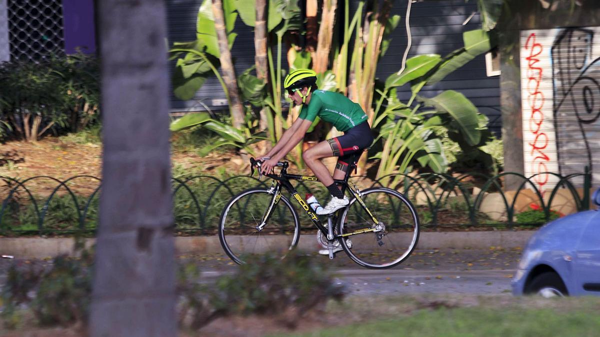 Un ciclista discurre por las calles de la capital