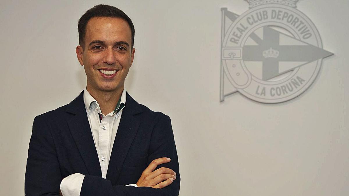 Borja Jiménez, ayer en las oficinas de la plaza de Pontevedra tras firmar su contrato. |  // RCD