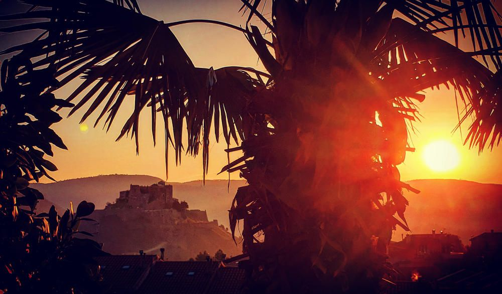 Cardona. L'albada ja és aquí, el sol comença a sortir i vol escalfar, la seva sortida sempre és espectacular i ens deixa imatges com aquesta. Aquí podem veure el castell de Cardona de fons.
