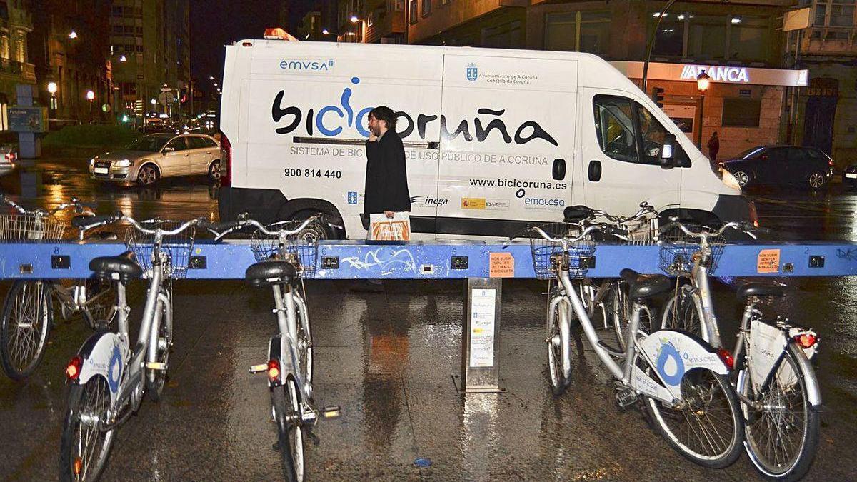Una estación de BiciCoruña con un vehículo de mantenimiento y recogida.