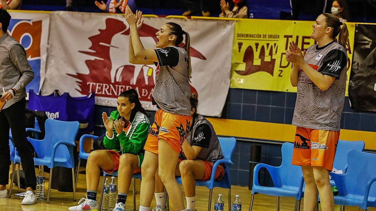 Elisa Policari -izquierda- animando a sus compañeras en un partido anterior. / Nico Rodríguez