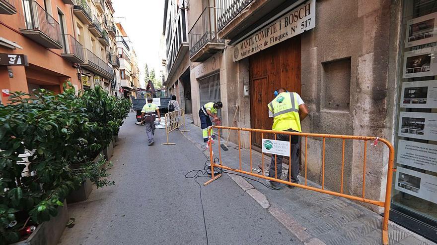 Comerciants del carrer Pep Ventura de Figueres lamenten el seu estat d'abandonament