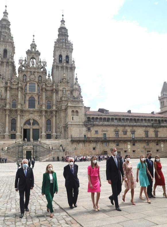 Miguel Santalices, Nadia Calviño, González Rivas, Núñez Feijóo y Yolanda Díaz acompañan a la familia real en la plaza del Obradoiro.     // XOÁN ÁLVAREZ