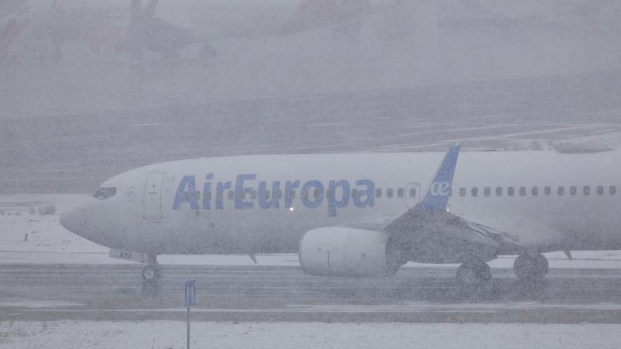 El aeropuerto de Barajas suspende su actividad por el temporal de nieve y desvía vuelos a Manises