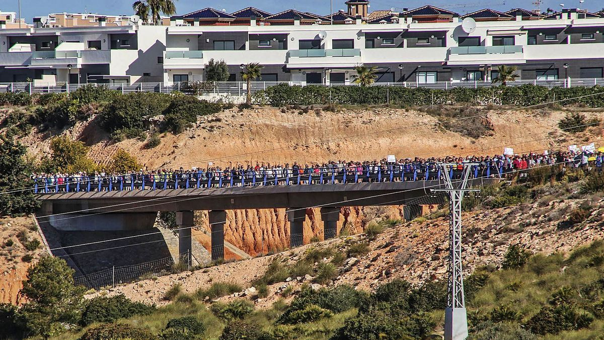 Un numeroso grupo de vecinos cruza el actual puente sobre la AP-7 durante una masiva protesta en marzo de 2018.   | TONY SEVILLA