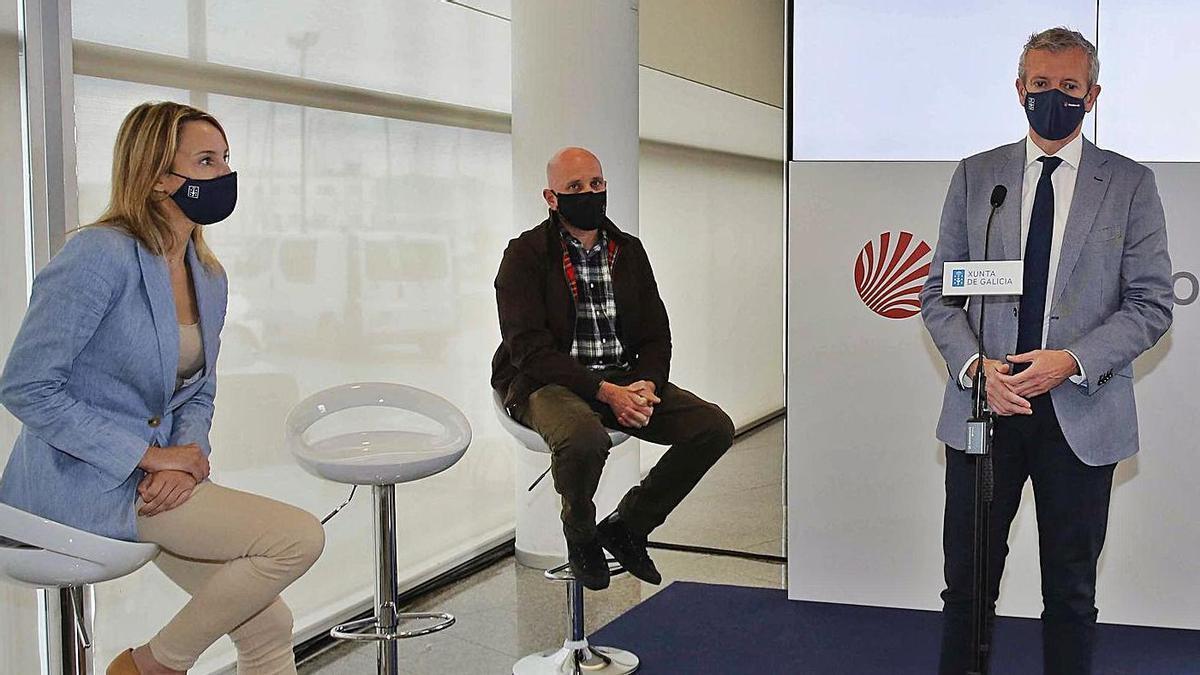 Fernández-Tapias, Domínguez y el vicepresidente Rueda, ayer, durante la firma del convenio. |