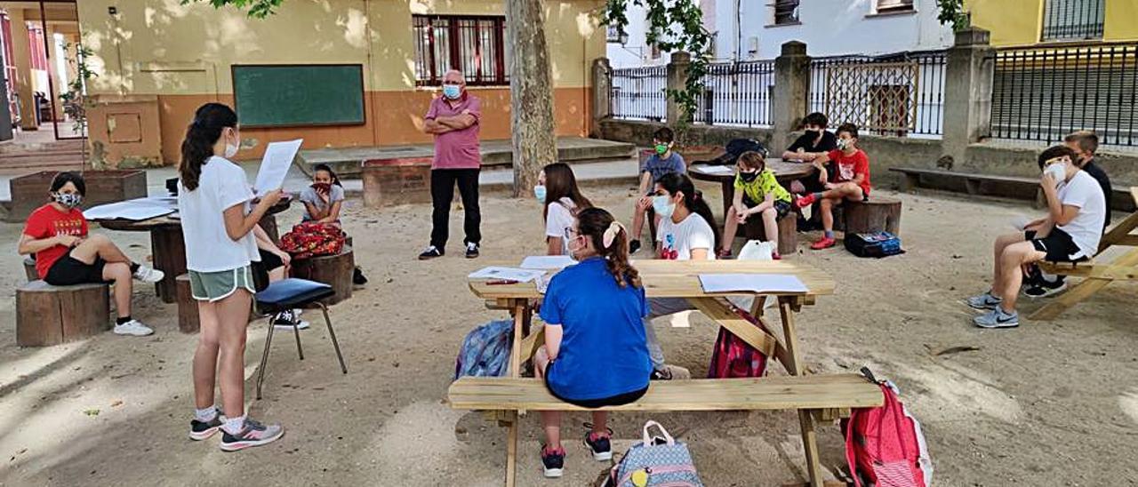 Los alumnos del Attilio, durante la actividad en el patio.   LEVANTE-EMV