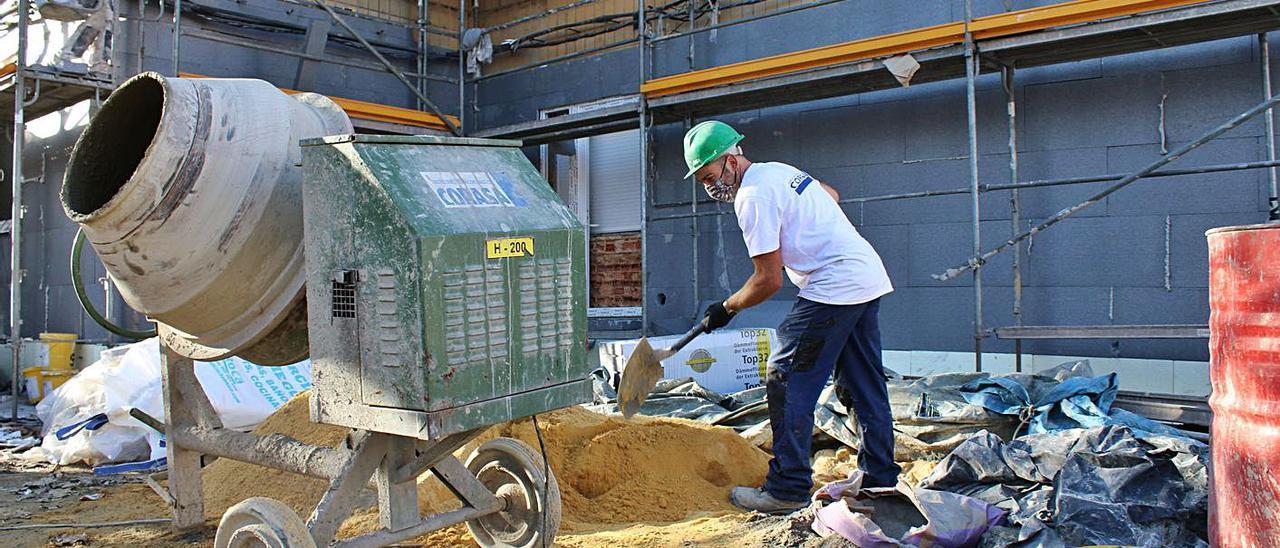 Obras de mejora del barrio San José, en Lada, que se financia con fondos mineros.