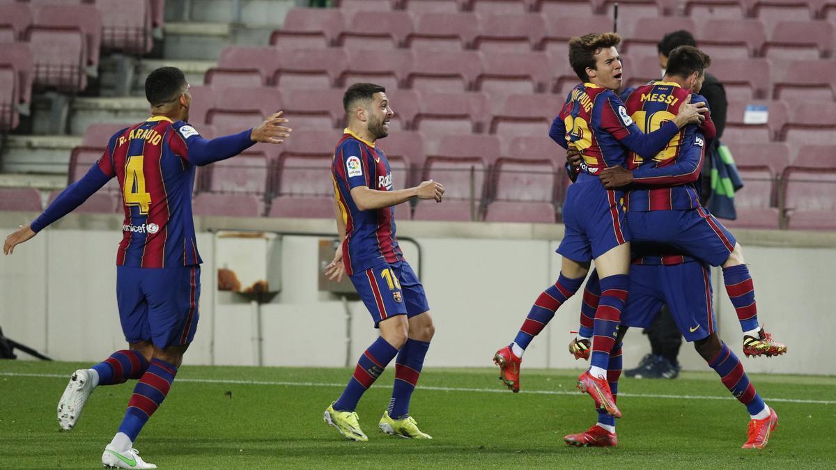 Los jugadores del Barcelona celebran el tanto de Dembélé.