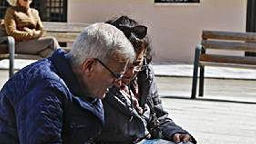 Dos turistas consultan un mapa de Zamora.