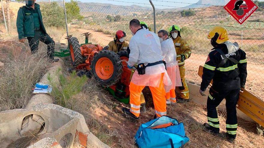Herido un hombre de 61 años al volcar su tractor en Monóvar