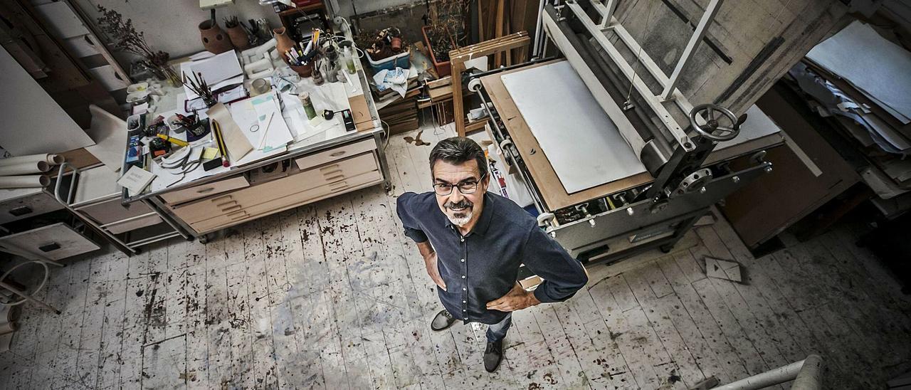 Ricardo Mojardín, en el taller de su casa, en Loriana.  |   IRMA COLLÍN