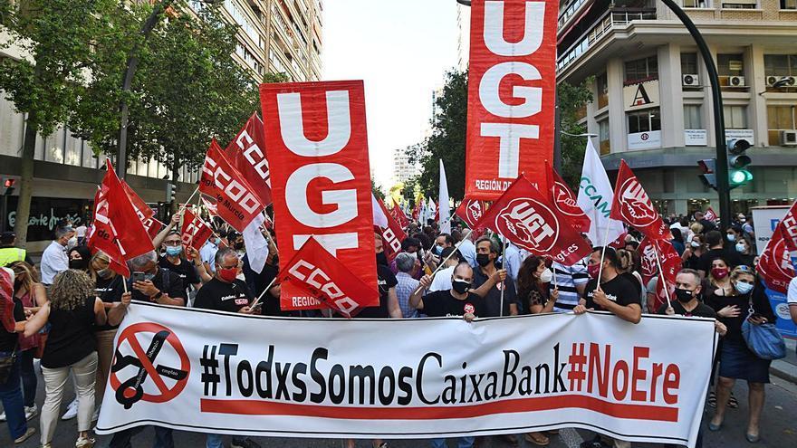 Plantón en la Gran  Vía de Murcia contra  el ERE de CaixaBank
