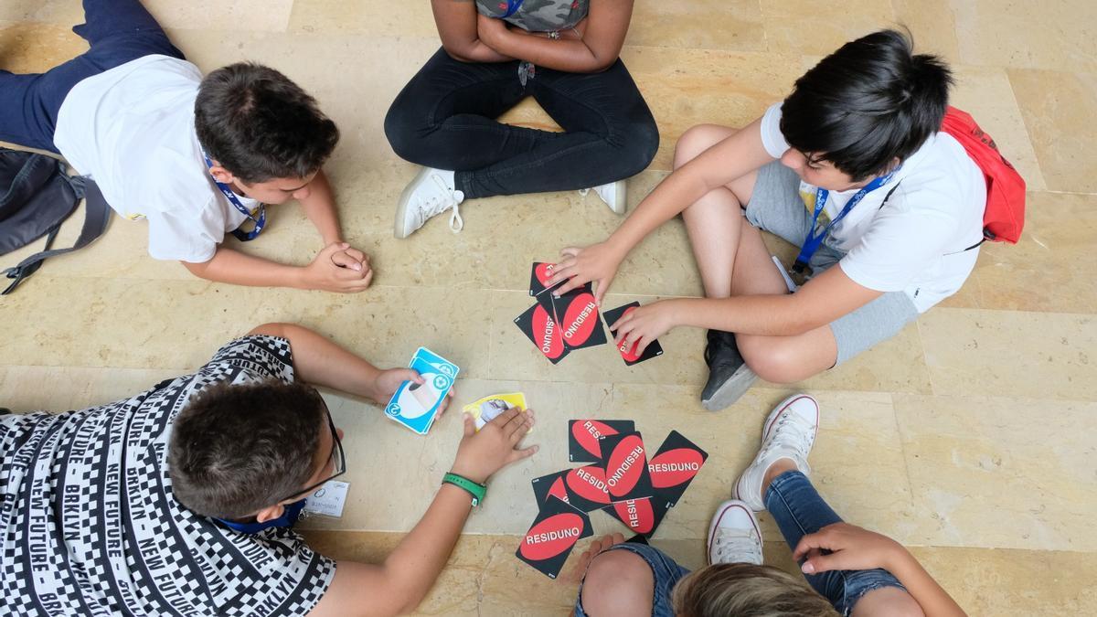 Un grupo de alumnos participando en una de las propuestas educativas de Emaya.
