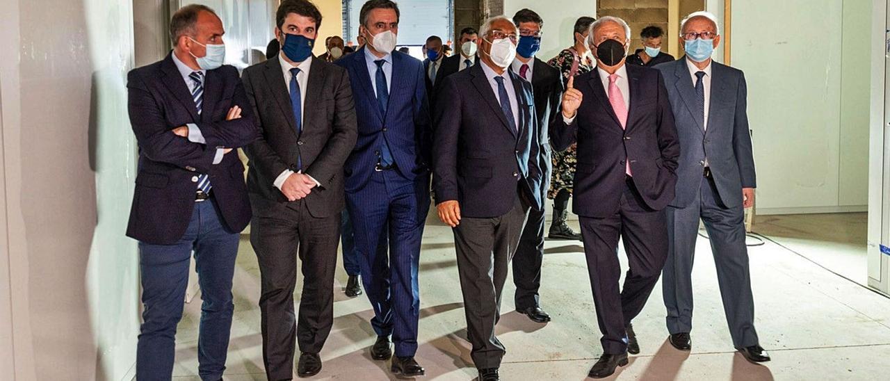 Antonio Costa, con otros responsables portugueses y el presidente del Grupo Zendal, Pedro Fernández Puentes, visitando la nueva planta. |