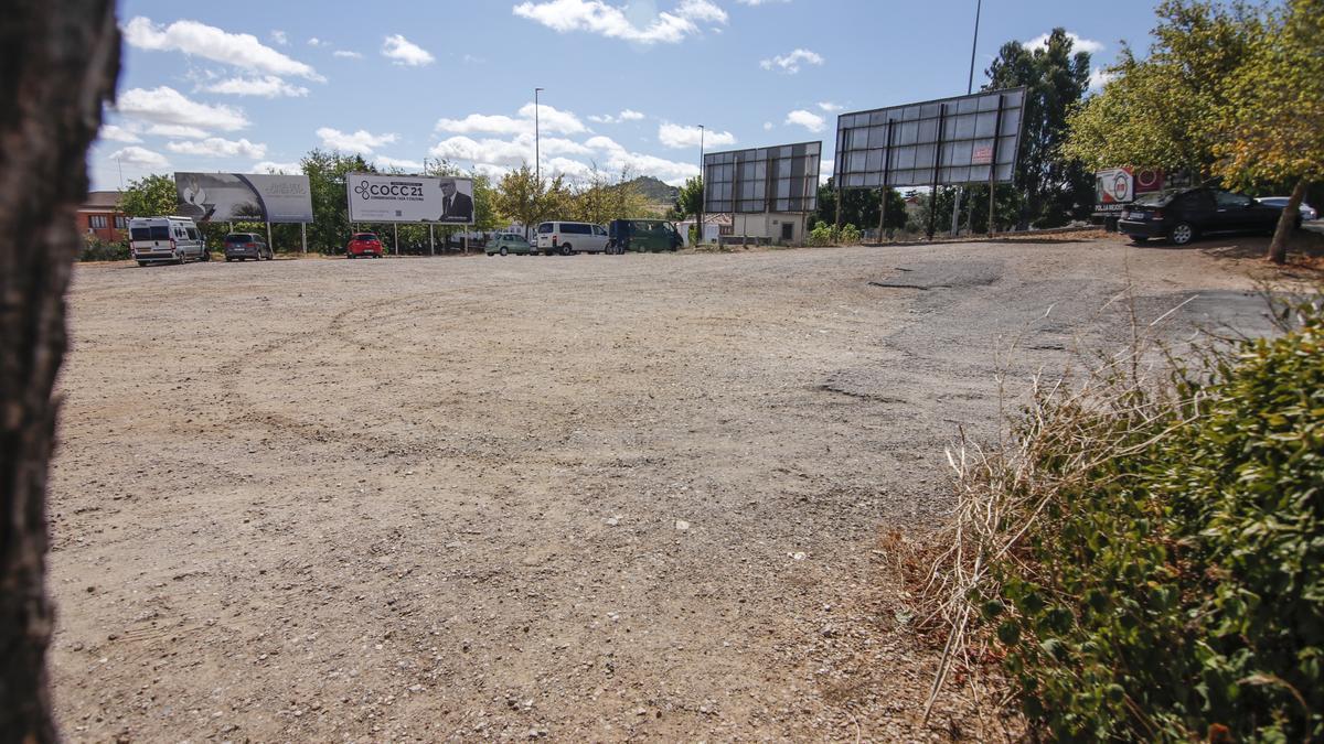 Parcela de la avenida de las Delicias entre las instalaciones de la Cruz Roja y el cementerio.