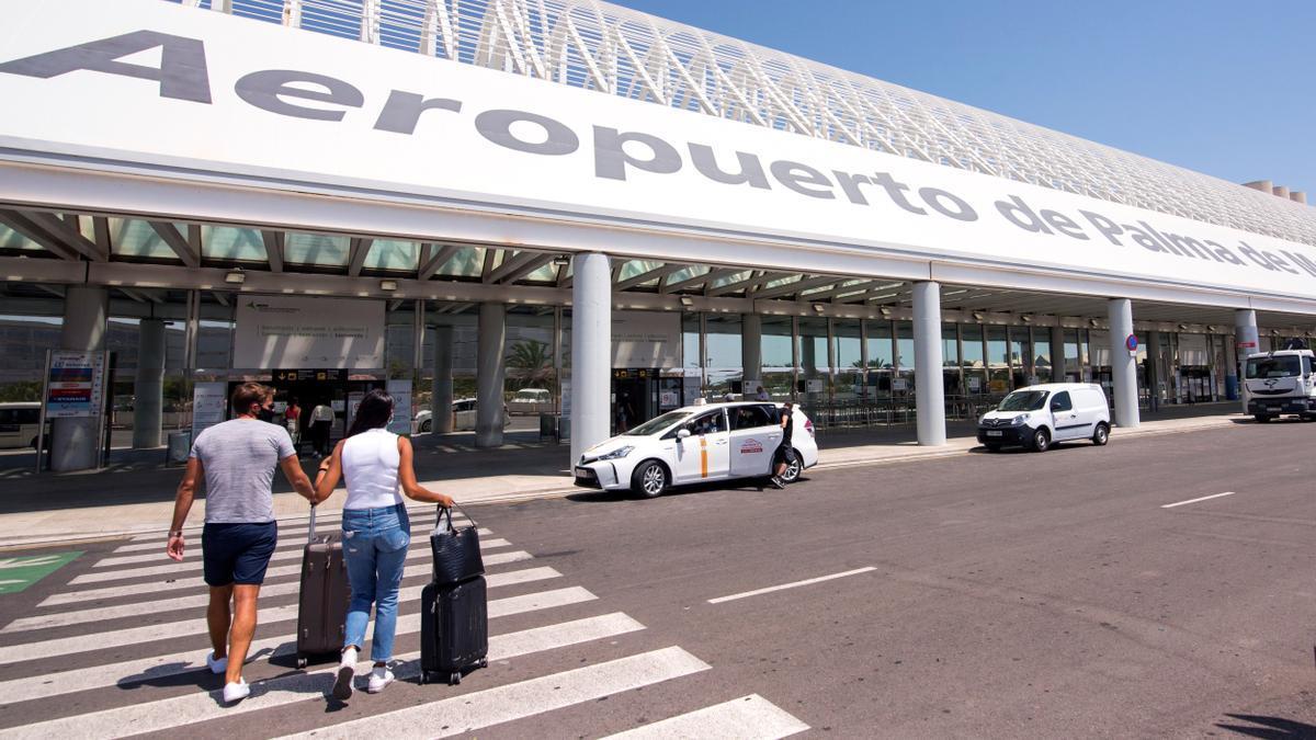 Viajeros se dirigen a la terminal de salida del aeropuerto de Palma.
