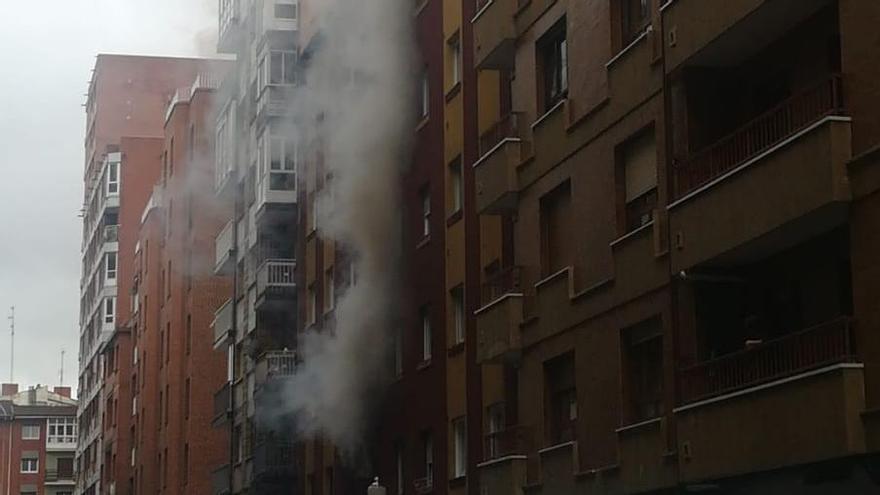 Se despierta con su casa en llamas en Gijón y termina herido al ir a salvar a sus perros