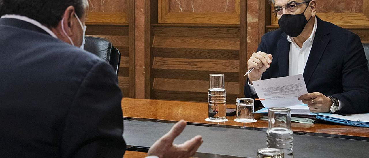 Blas Trujillo se dirige a Román Rodríguez antes del Consejo de Gobierno.