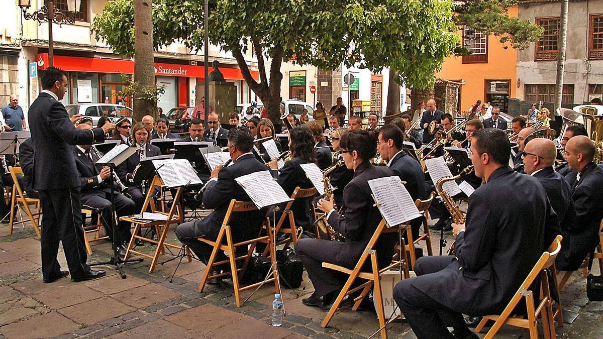 Una actuación de la Banda La Fe en la plaza de la Catedral. | | E.D.