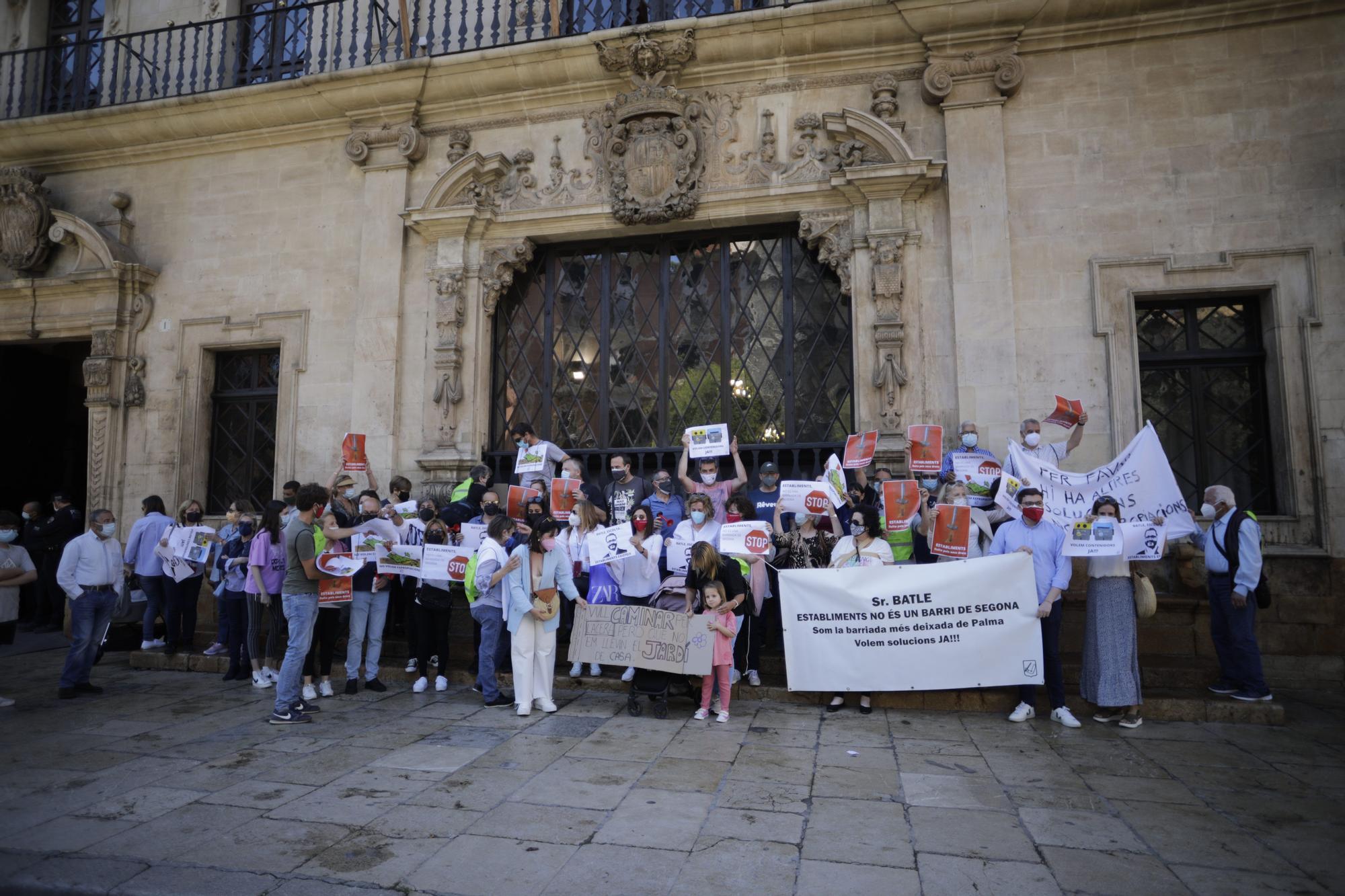 Protesta de los vecinos de Establiments ante Cort