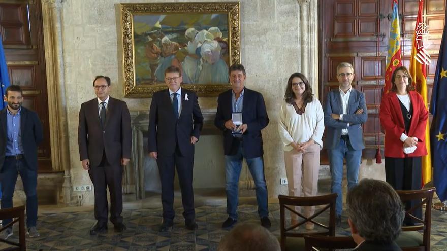 Kempes recibe la Distinción de la Generalitat