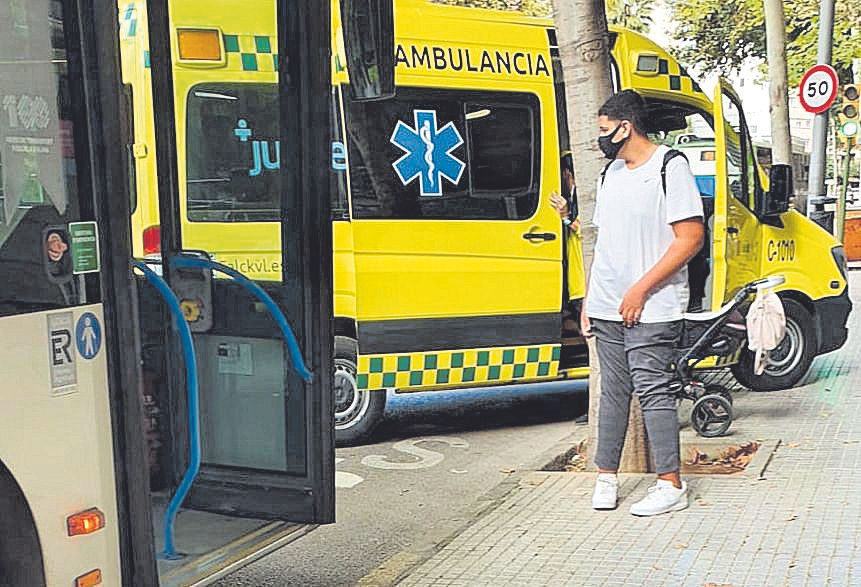 Una ambulancia, junto al carricoche que volcó en un autobús.