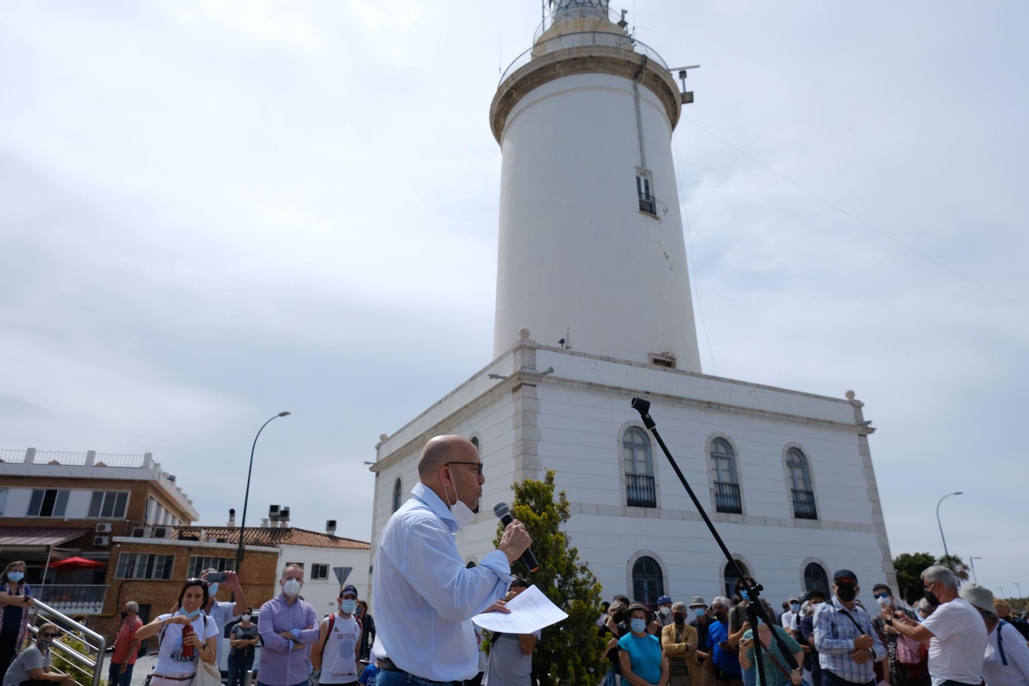 Unos 300 malagueños dan su abrazo a la Farola, que se apagará con la llegada del rascacielos