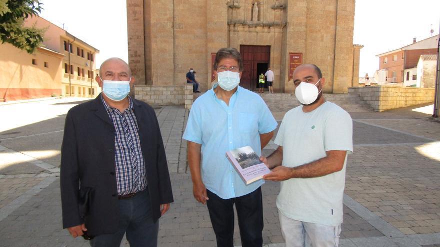 El historiador saucano Carlos Javier de Carlos dona a Fuentesaúco un libro sobre los Comuneros