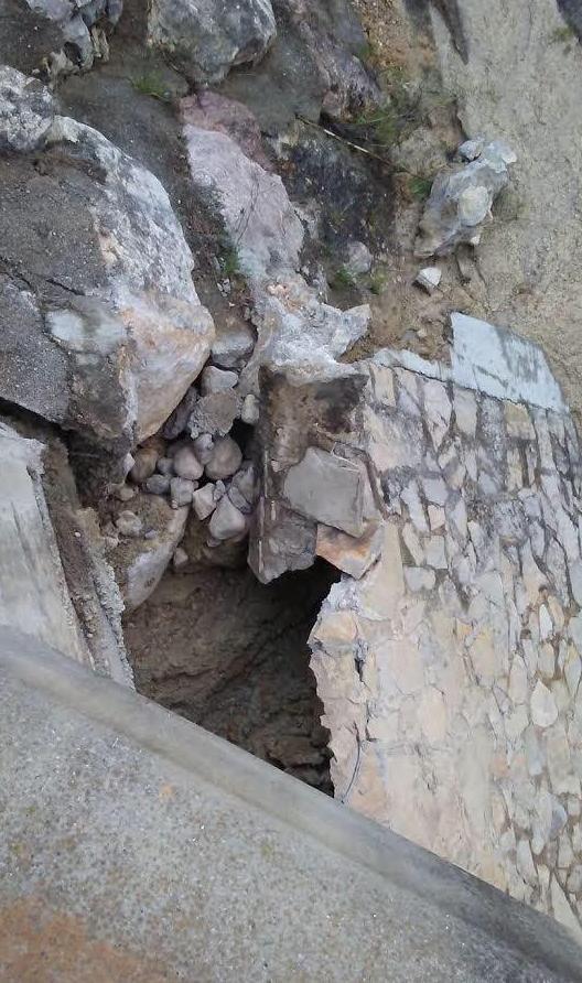 Detalle de la pared de piedra que se ha desprendido en uno de los laterales de la CV-10.