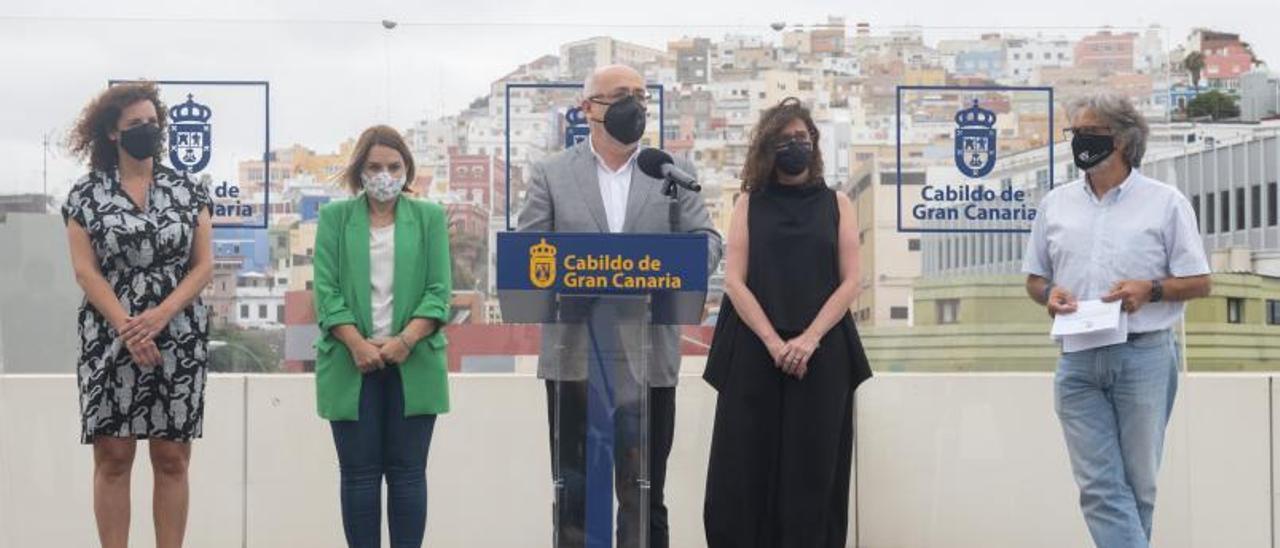 A la izquierda  Sara Ramírez, Noemí Santana, Antonio Morales, Kika Fumero y Jorge Hernández ayer, en la terraza del Cabildo. | | LP/DLP
