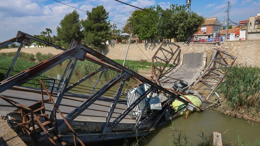 Un puente hundido y una hormigonera taponan el río aguas arriba de Orihuela