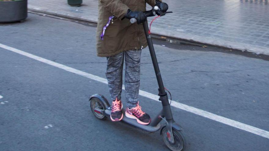 Una mujer herida al chocar un patinete con una bicicleta en València