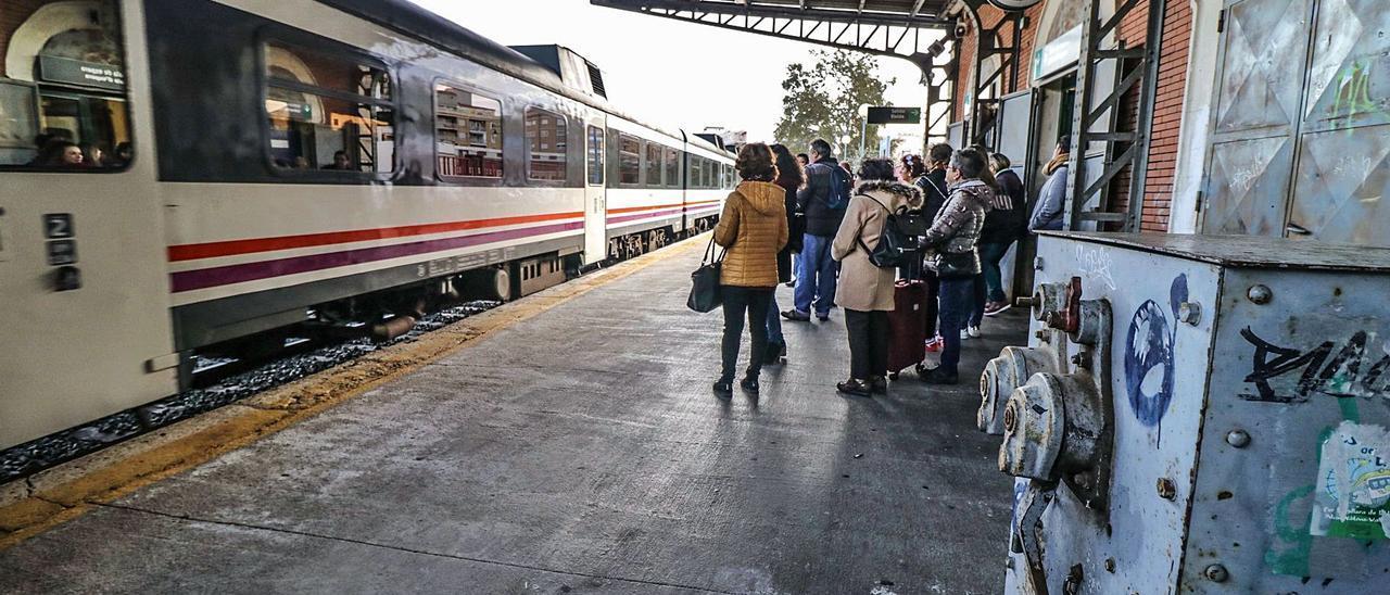Usuarios aguardando en la estación de Alcoy la llegada de un tren que poco después saldrá de nuevo hacia Xàtiva. | JUANI RUZ