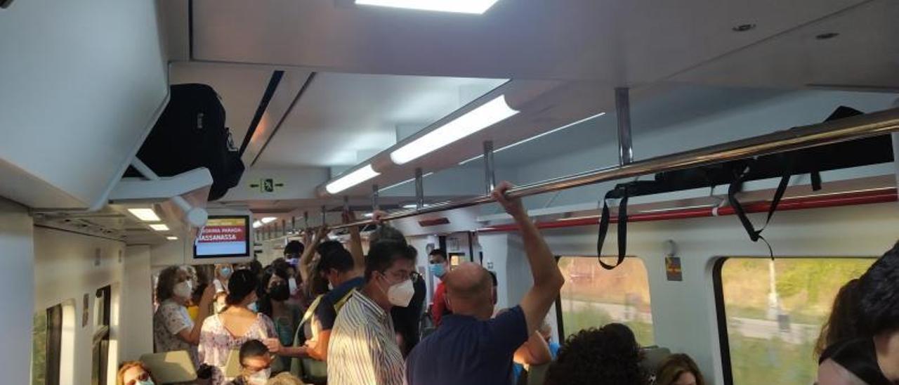 Usuarios de tres trenes diferentes  en uno, sin distancia de seguridad, el jueves   LEVANTE-EMV