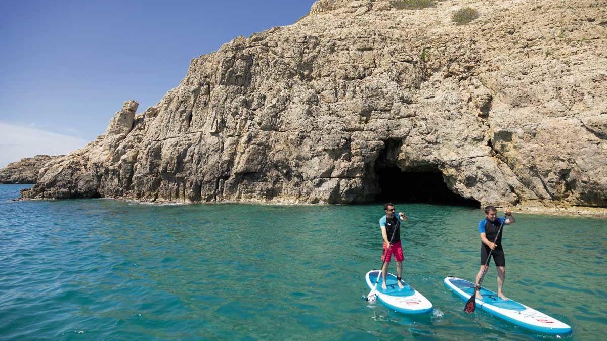 Paddle surf cerca de la cueva del Llop Marí, en l'Hospitalet de l'Infant.