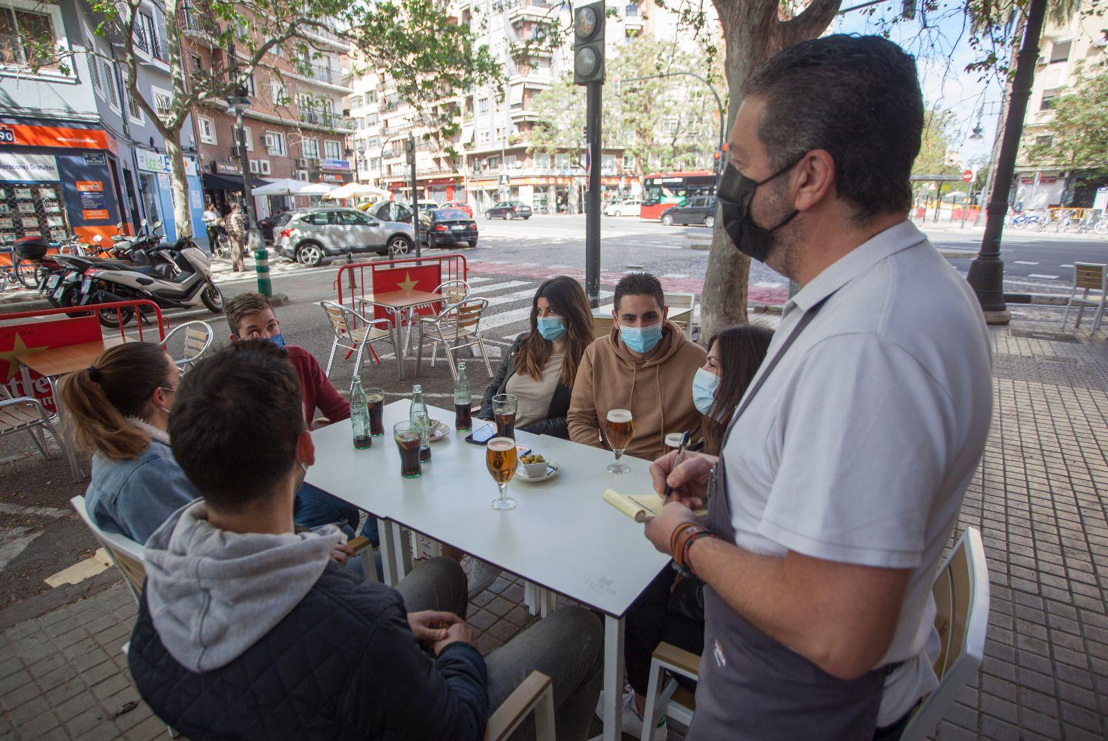 Primeras mesas de 6 comensales en València tras la entrada en vigor de las nuevas restricciones