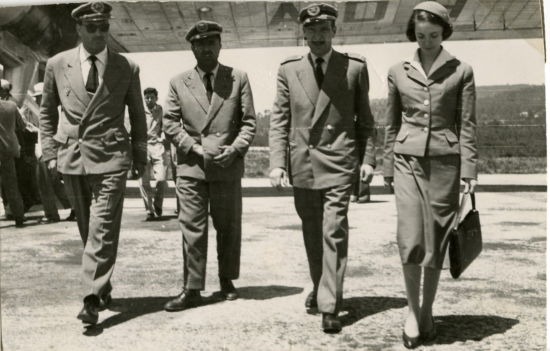 La azafata Maribel Sastre con varios de los miembros de una de sus tripulaciones de Aviaco. / Cedida