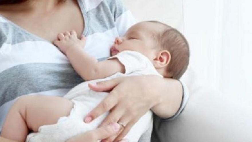 Obligan a una madre a dejar de dar el pecho a su bebé en un vuelo a Canarias